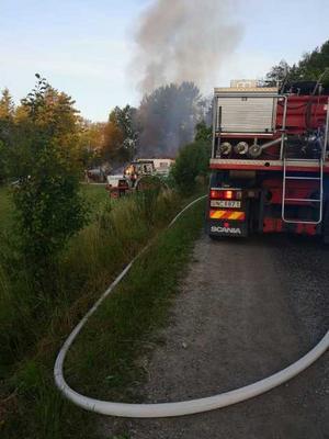När brandkåren var på plats var arbetet intensiv, berättar grannparet.
