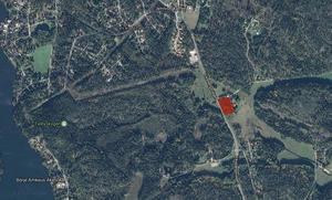 Det röda området visar var fastigheten ligger där ägaren ville bygga  bostäder men kommunen väntas säga nej.Karta: Google maps