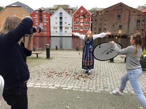 Lycka kan vara att kasta höstlöv i luften som här i Trondheim. Om lyckan även gäller norsk regionreform  förtäljer inte historien.