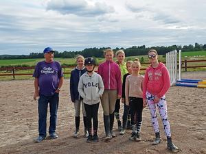 Från vänster: domare under Pay & Jumpen på Folkärna Ridsällskap, Wilma Carlsson, Moa Eriksson, Alice Andersson, Alice Blom, Ada Johansson, Nathalie Björklund och Lovisa Wädel.
