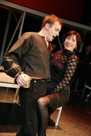 Rakt in i hjärtat. Det handlar om Brels sånger och här hörs Christoffer Wollter och Eva-Britt Strandberg. Foto: Peter Knutson