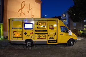 Skaparbussen, Steamachine, byggde Fablab factory-grundaren Stijn De mil av en gammal DHL-buss. På insidan finns fem olika stationer där man kan skapa allt från namnskyltar i laserskärare till robotar. Utsidan är interaktiv med olika spel - bland annat världens största gameboy.