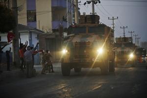 Turkiska styrkor på väg mot gränsen till Syrien. Foto: AP Photo