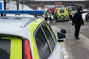 Bild från Myntgatan, tagen strax efter att olyckan inträffade. Polisbilar, två ambulanser och räddningstjänsten kom till platsen.