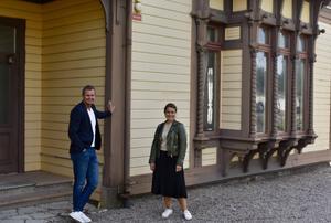 Tositos vd, Tommy Fritz, samt fastighetsansvarig, Malin Rosenberg utanför f.d disponentbostaden.