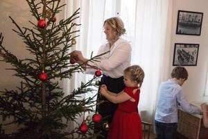 Isabel och Alfrida klär granen redan den första december.