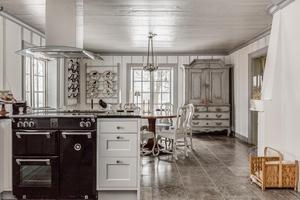 Köket i herrgårdsbyggnaden är nyligen renoverat men behåller den gamla känslan. Foto: Ebbe Wengenroth/Husfoto