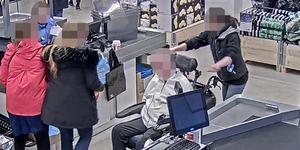 Assistenten fångas av butikskameran när hon är i färd med att knuffa den rullstolsburne brukaren. Foto: Ur polisens förundersökning