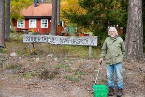 Hans Rydberg har haft svampexkursioner årligen åt Södertälje kommun. Det här var andra gången vid naturskolan. Han har inga problem att ta sig runt i skogen trots att han behöver krycka.