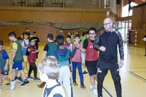 Tack för god match och high five.  Ola Aspgren samlar ihop barnen efter slutsignalen så att de avslutar matchen på vederbörligt sätt.