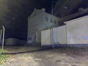 Mörker och mörker. Så här såg det ut på torsdagskvällen utanför gamla fängelset i Härnösand.