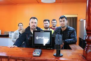 Raed Hesso  och hans bröder Hasan Hesso, Hussein Hesso och Mohammad Hesso ska jobba i Lantgrillen i Järbo. Så också Ahlam Kareem.