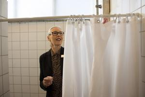 Först efter sommaren 2020 kan ridån gå upp för 36 separata duschbås på Roslagsskolan.