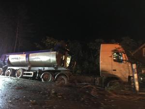 Lastbilen har kört av vägen nära ett bostadshus på väg 509 i höjd med Glamsen.
