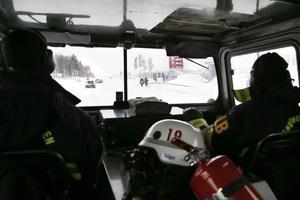 Brandmännen Eddie Åkerlind och Lars Bergsten på räddningstjänsten i Norrtälje kör den stora, högljudda bandvagnen genom stan för att tanka på en bensinstation.