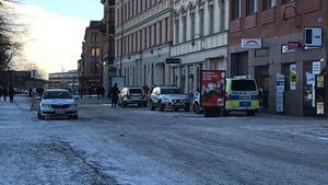 Flera polisbilar med blåljus kallades till lokalerna.