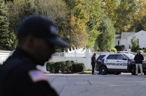 Polis på plats utanför makarna Clintons bostad i New York. Bild: Seth Wenig