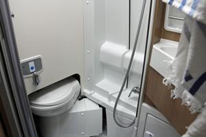 Det gäller att utnyttja utrymmet till max. Toalettstolen fälls in i väggen när man vill duscha.