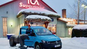 Det är trångt runt Ica i Funäsdalen. Även för de som ska lasta av och på post och annat gods.