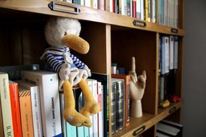 Gossedjuret i bokhyllan fick Maggie när hon var valp och reste från Italien till sitt nya hem i Sverige.