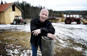 Nils Holmdahl har rest många, många mil mellan gården i Rikkenstorp och alla klubbar och individuella idrottare han tränat genom åren.