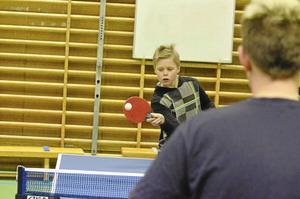 Elvaåriga Dennis Andersson är sugen på att börja spela pingis i Laxå bordtennisklubb. Här övar han med tränare Andreas Johansson.