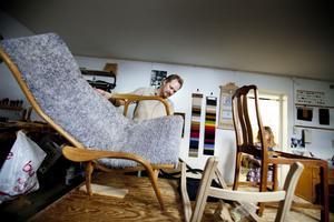 Laminofåtöljen i ek och fårskinn designad 1956 av Yngwe Ekström behöver ny ram. Kanske vi använder möbler på ett annat sätt i dag.