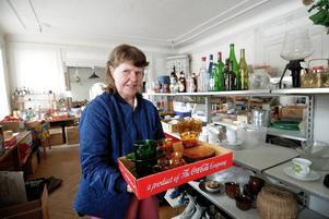 Allt ska bort. Linnea Björk hoppas att någon köper loppisprylarna i Sågmyra herrgård. Annars åker de i soporna på fredag.