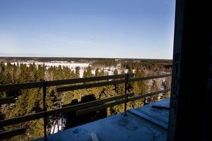 Från skybaren på destilleriets sjunde våning är utsikten milsvid, både över Valboslätten och över Gävle stad och havet.