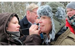 """Spelar man som Andréa Edwards """"Katarina, polischef i Ludvika"""" så ska det vara läppstift även ute på filmens brotts- eller fyndplats."""