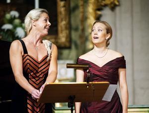 Malena Ernman och Hanna Husáhr värmde Borlänge med sin sång.