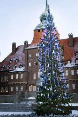 2007 Först ut att designa julgranen var konstnären Lena Linderholm. Med en av hennes tavlor som förlaga tillverkades änglar för att hänga i granen.    – Jag sågade ut änglar med sticksåg ur plåtbitar. Lena vill börja masstillverkning och sälja änglarna men jag vet inte hur det blev med det, säger Liselott From.