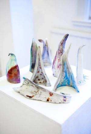 """""""Halva kroppar"""". Maria Fedkos rakubrända keramik med glasyr i fina ackord."""