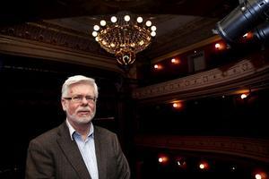 Mest är det litteraturen som stått i fokus i Staffan Mjönes kulturintresse. Men teatern har tagit mer och mer plats, inte minst med tanke på att två av hans fyra barn är skådespelare.