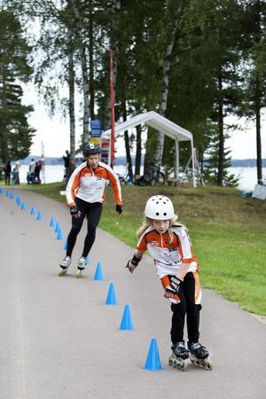 Jonna Bäckström, 10 år, susar fram på inlines. Hack i häl ligger pappan och SM-mästaren Lars Bäckström.