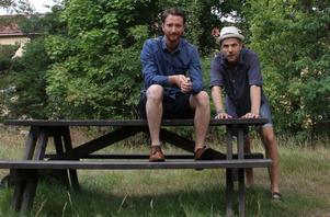 Anders Axelsson och David Andersson som spelar pjäsens två karaktärer. Anders har tidigare medverkar i tv-serien
