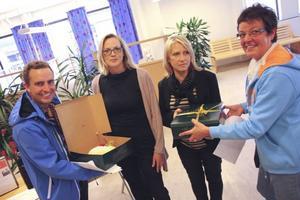 I dag Tårtutdelning. Tomas Tobé och Inger Källgren Sawela, Moderaterna, delade ut tårta till personalen på Arbetsförmedlingen. Sektionscheferna Jessica Norman och Jeanette Magnusson tar emot.