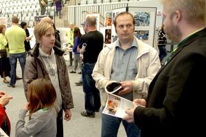 Funderar vidare. Johan Auer och hans pappa Bernt fick en pratstund med lärare Fredrik Lindmark, till höger. Johan har nu en del att fundera på inför gymnasievalet.