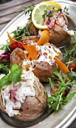 Bakade potatisar kan fyllas på en mängd sätt. Allt från en enkel smörklick till smarriga röror.