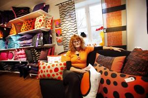 """Signum. Lena Löthman älskar alla färger, men just orange har en speciell plats i hennes hjärta. """"Mitt orangeröda hår har blivit mitt signum. Jag vill tillåta mig själv att spraka"""", säger hon."""