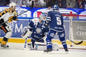 Skellefteås Tim Söderlund ( ej i bild )  gör  2-0  bakom Atte Engren i Leksandmålet.