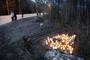 Dagen efter bilolyckan sent på kvällen 28 april 2012 var det många som tände ljus till minne av de två döda kvinnorna.