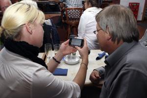 Far och dotter Görgård, Sören och Hanna, C, tog mobilen till hjälp på valvakan.