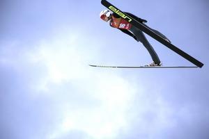 SM-tvåan Josef Larsson, flög 93 meter i sitt första hopp.