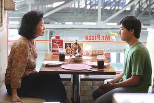 Förlust och självinsikt. Mija (Jeong-hie Yun) tar han om sin tonåriga dotterson (Da-wit Lee). När hon får veta att han har varit inblandad i en brutal våldtäktshistoria, inleder hon ett sökande – både efter förklaring, rättvisa och poesi.