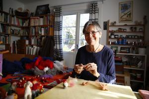 Karin Neuschütz har haft många kurser i att tova ull. Nu visar hon hur du enkelt gör en tomte eller en ängel.