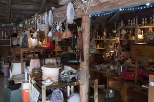 Uppe i ladan kan du hitta allt från möbler, porslin, lampor till elektronik och mycket annat.