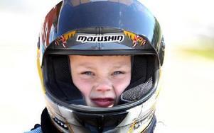 Emil Tägtlund, 7 år, siktar på att bli en roadracingstjärna. Dit når man via minimoto.