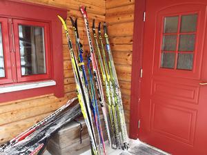Gott om skidor utanför ytterdörren.