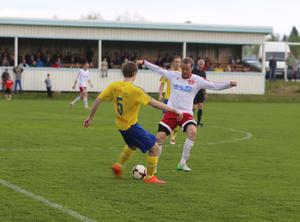 Matchens sista målskyttar, Samuel Ohlsson och Gustav Bromée, i en duell ute på mittplan.